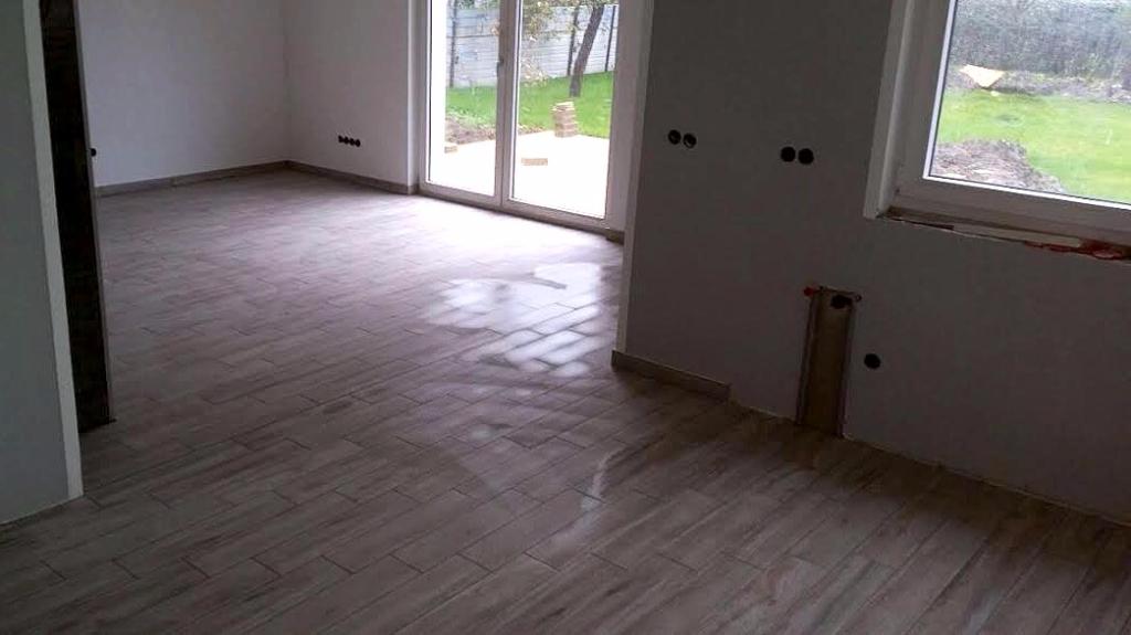 Fußbodenfliesen nach Abschluss der Putz- und Trockenbauarbeiten
